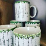 tazze con nomi e foglie